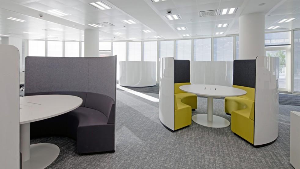 oficina con espacios compartimentados